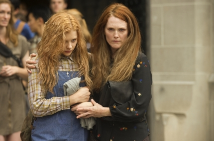 Chloe-Grace-Moretz-and-Julianne-Moore-in-Carrie-2013-Movie-Image-2